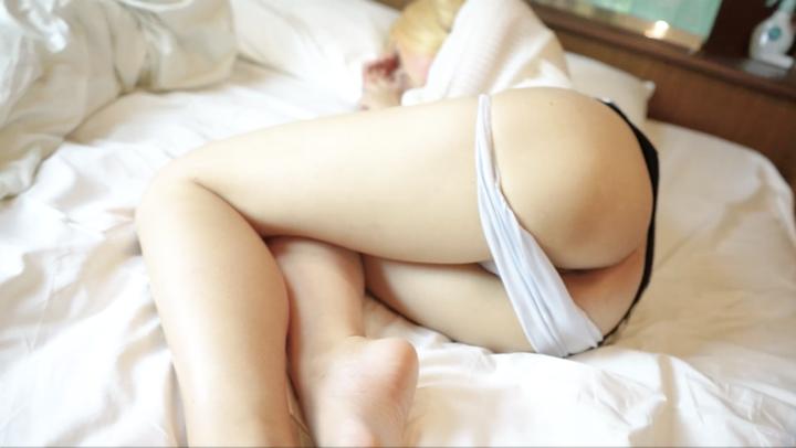 FC2 PPV 1026023 金髪美女レイヤーの寝顔にムラムラしちゃったから勃起チンポをパイパンにパコり 素人個人撮影オリジナル
