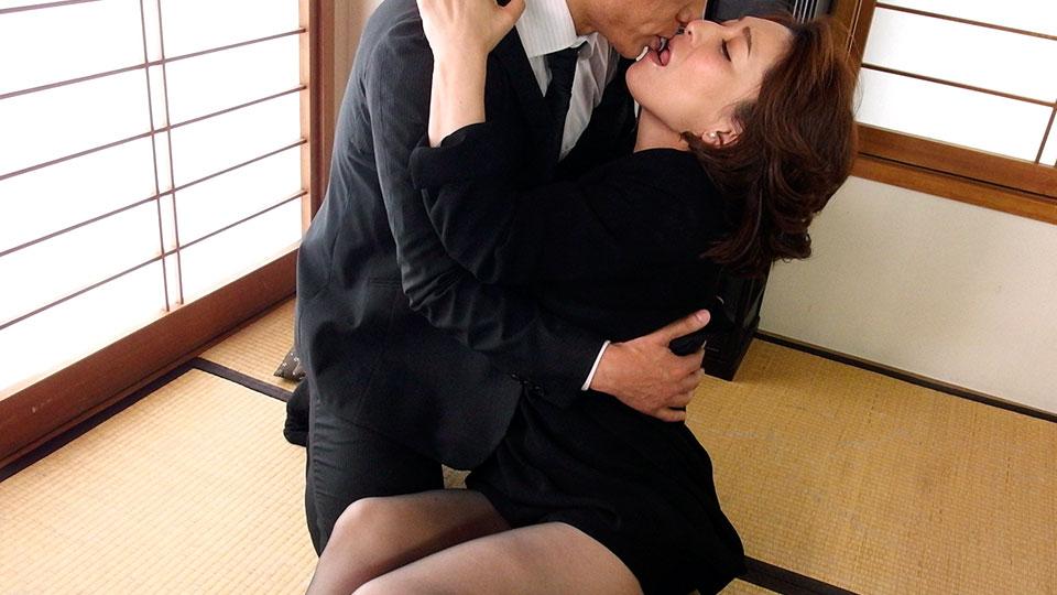 Pacopacomama 082518_324 Marina Matsumoto 喪服の奥から〜愛液が溢れる黒陰部〜